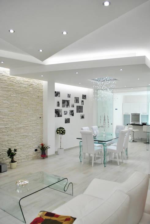 MoLo house: Sala da pranzo in stile  di Salvatore Nigrelli Architetto