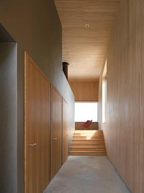 Projekty,  Korytarz, przedpokój zaprojektowane przez Diethelm & Spillmann