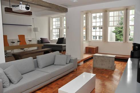 APARTAMENTO E|R: Salas de estar ecléticas por Lote 21 Arquitetura e Interiores