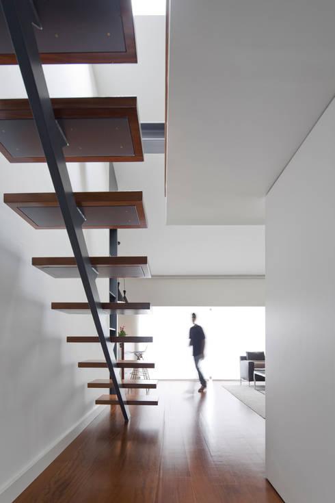 Apartamento na Lapa: Corredores e halls de entrada  por RRJ Arquitectos