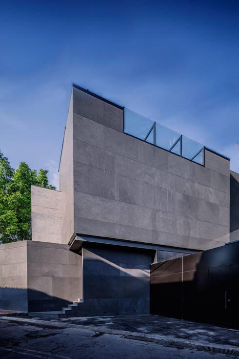 Projekty, minimalistyczne Domy zaprojektowane przez grupoarquitectura