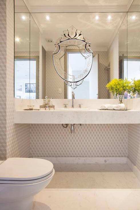 CASA MN: Banheiros clássicos por Aonze Arquitetura