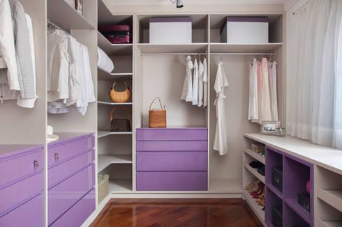 CASA EM: Closets minimalistas por Aonze Arquitetura