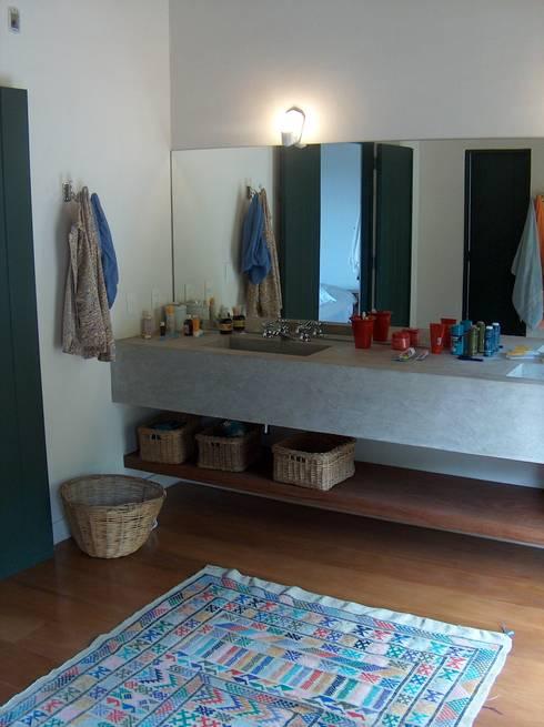 Banheiro suíte do casal: Banheiros rústicos por Ronald Ingber Arquitetura