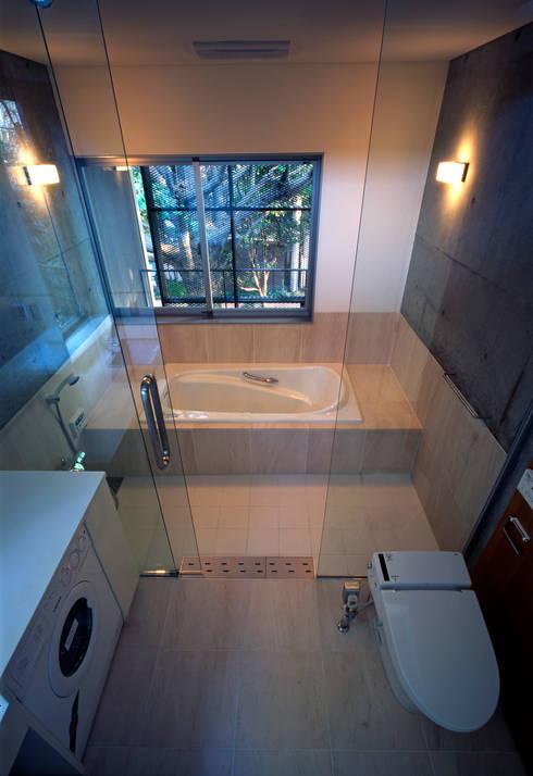 大銀杏の家: HAN環境・建築設計事務所が手掛けた浴室です。