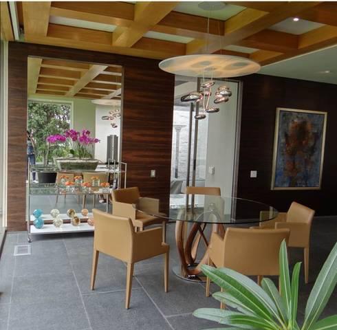 Residencia Bosque de Olivos: Comedores de estilo moderno por Iluminarq