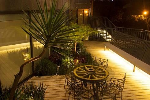 Casa GS: Balcones y terrazas de estilo moderno por Iluminarq