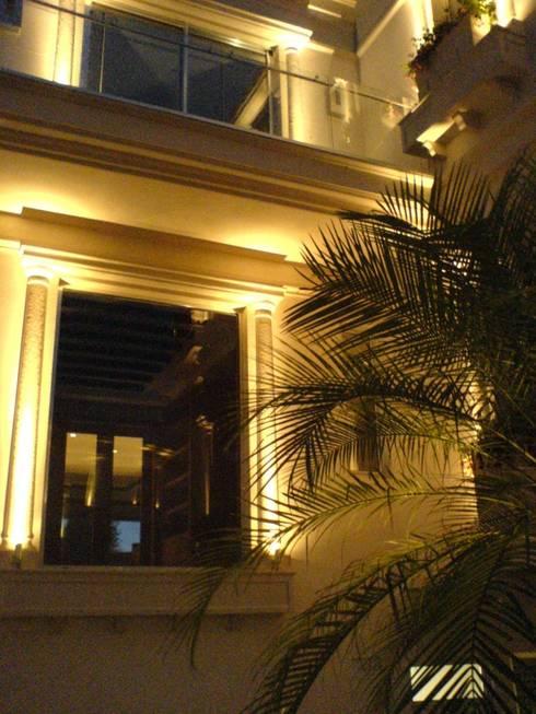 Residencia Laureles: Balcones y terrazas de estilo colonial por Iluminarq