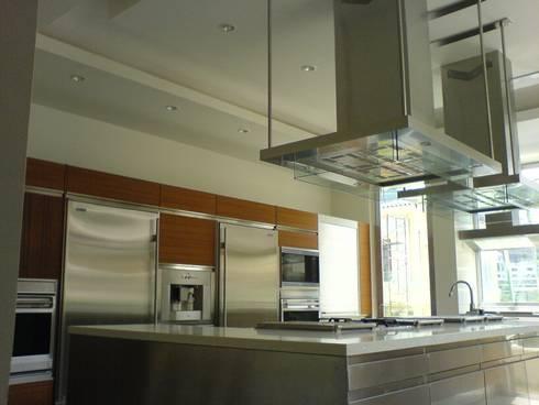 Residencia Laureles: Cocinas de estilo moderno por Iluminarq