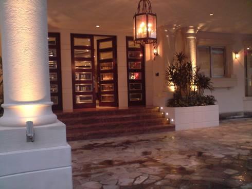Residencia Laureles: Puertas y ventanas de estilo clásico por Iluminarq