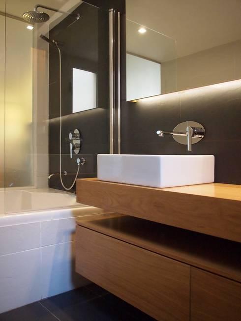 baño principal:  de estilo  de cota-zero, tenica y construcción integrada, s.l.