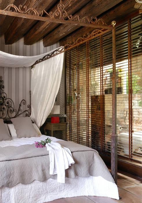 CASA DE CAMPO SOMAÉN.BARRIO ALTO, 44    CONSOLIDACIONES Y CONTRATAS S.L: Dormitorios de estilo  de CONSOLIDACIONES Y CONTRATAS S.L