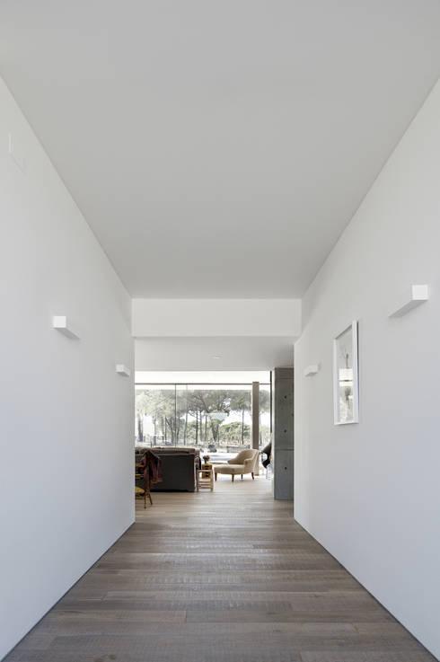 Casa na Comporta: Corredores e halls de entrada  por RRJ Arquitectos