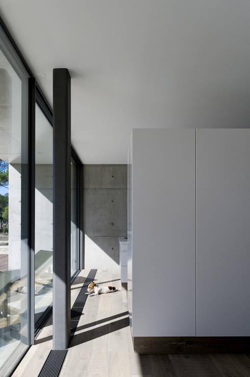 Cozinhas modernas por RRJ Arquitectos