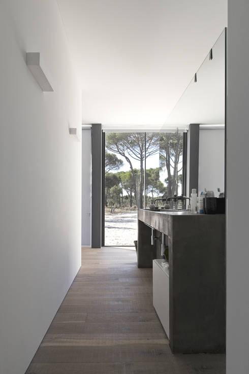 Casa na Comporta: Casas de banho  por RRJ Arquitectos