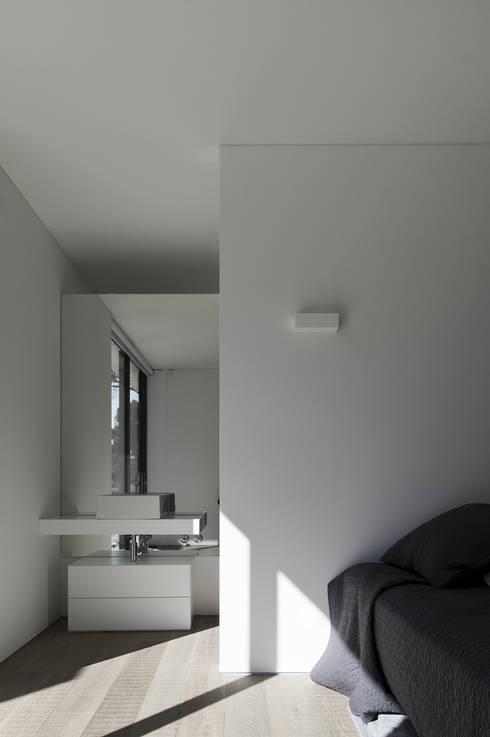 Dormitorios de estilo moderno de RRJ Arquitectos