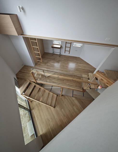 三角形の吹抜け空間の見下ろし。: 宮武淳夫建築+アルファ設計が手掛けた和室です。