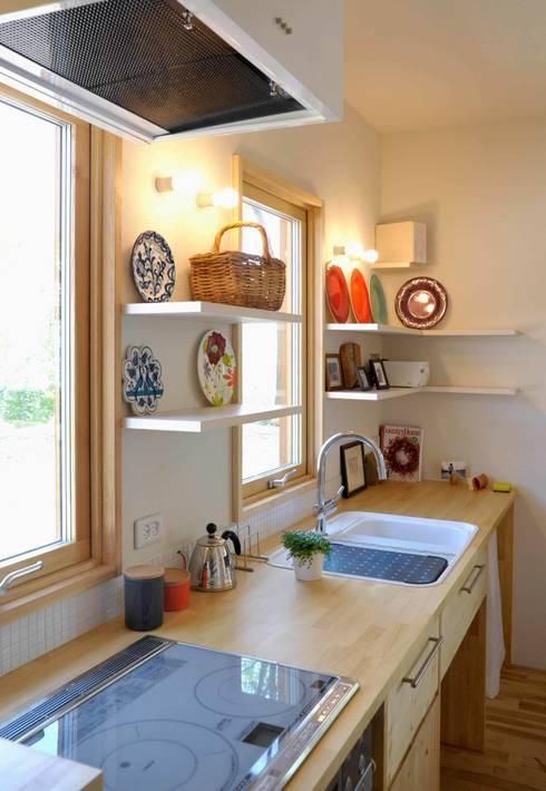 風景に住む: エヌ スケッチが手掛けたキッチンです。