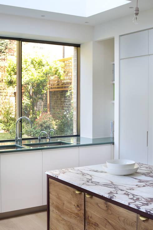 Kitchen: minimalistic Kitchen by Alex Maguire Photography