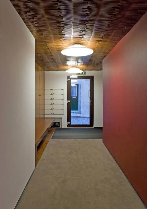 Pasillos y vestíbulos de estilo  de RRJ Arquitectos