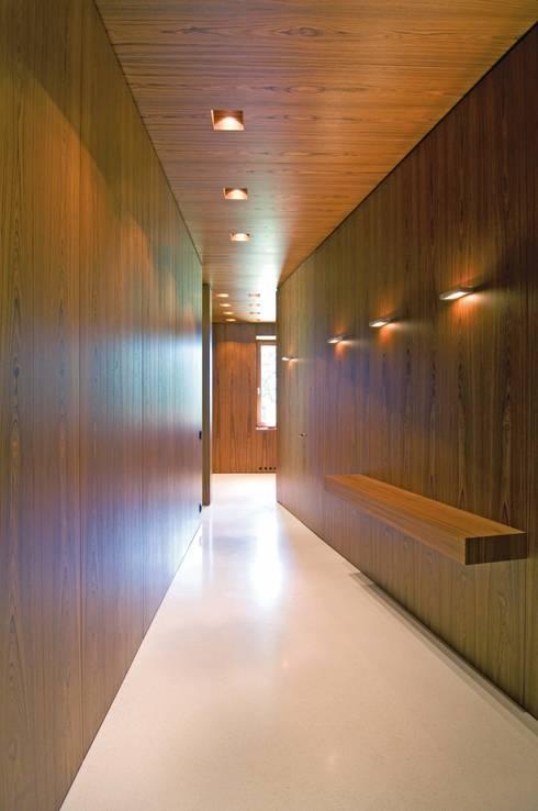 Pasillos y recibidores de estilo  por SilvestrinDesign