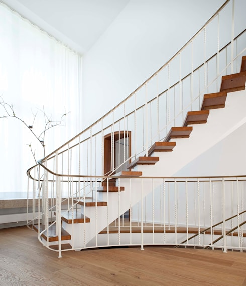 Gartenvilla Bergisch-Gladbach:  Flur & Diele von Bachmann Badie Architekten