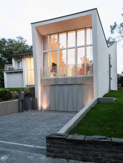 Gartenvilla Bergisch-Gladbach: moderne Häuser von Bachmann Badie Architekten