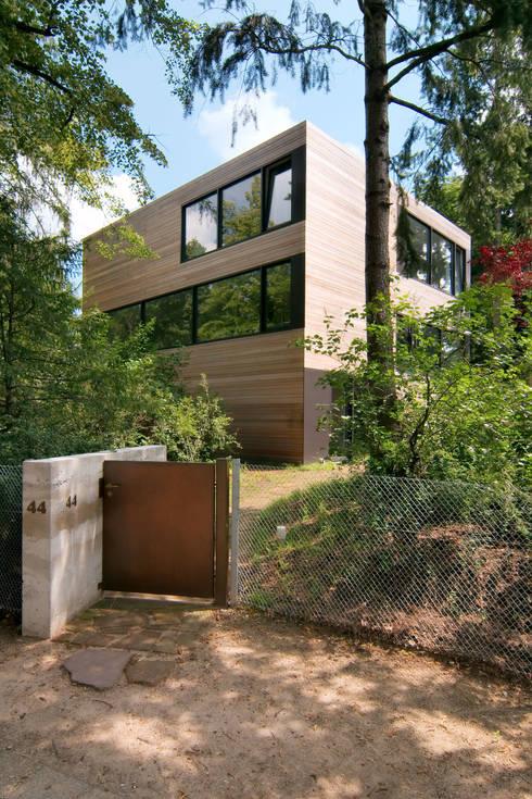 Casas de estilo minimalista por Helm Westhaus Architekten