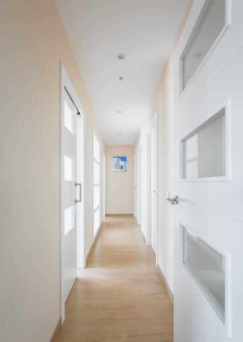 Pasillos y recibidores de estilo  por LLIBERÓS SALVADOR Arquitectos