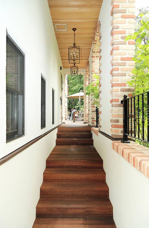 포치: OUA 오유에이의  주택