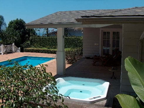 Anexo a piscina com varanda e spa: Terraços  por Ronald Ingber Arquitetura