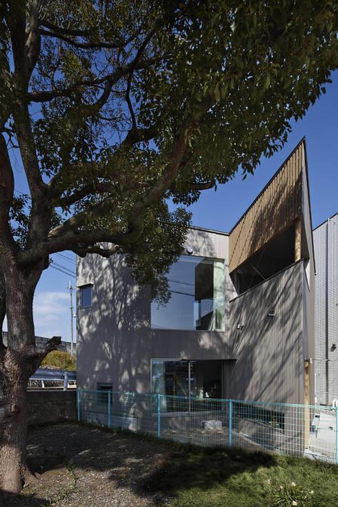 南側の公園からの外観: 宮武淳夫建築+アルファ設計が手掛けた家です。