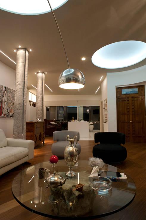 CASA DN, Napoli 2012: Soggiorno in stile  di x-studio