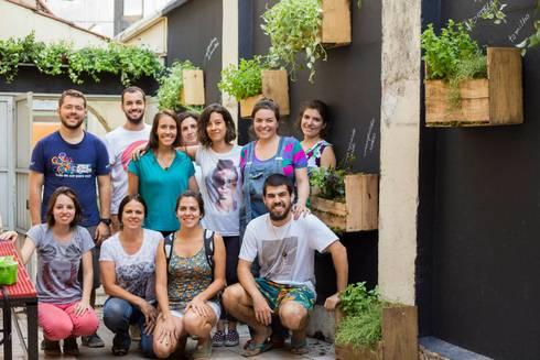MÃO NA TERRA, Belo Horizonte, 2015: Jardins rústicos por Luiza Soares - Paisagismo