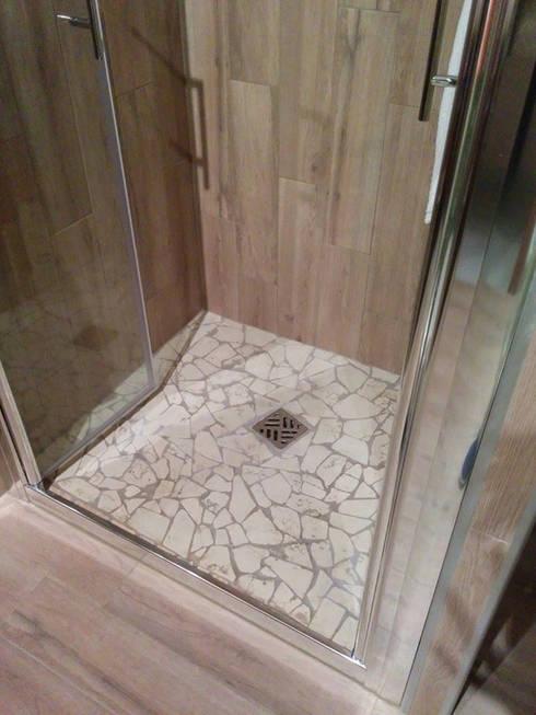 Specchiera e piatto doccia di arte del mosaico homify - Doccia a pavimento mosaico ...