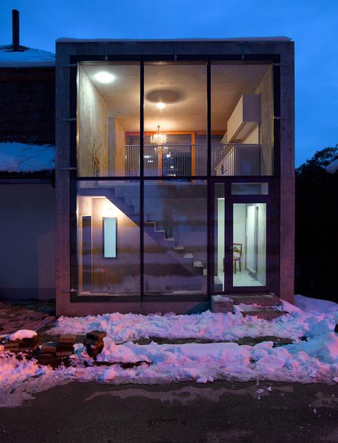Projekty, minimalistyczne Domy zaprojektowane przez sim Architekten GmbH