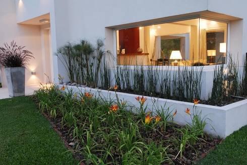 El Encuentro 1: Jardines de estilo moderno por Estudio de Arquitectura Clariá & Clariá
