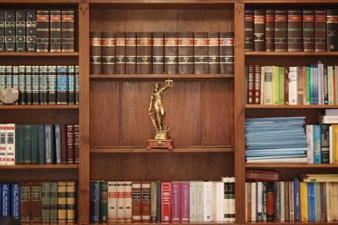 Oficina : Estudios y oficinas de estilo clásico por Arquitectura Laura Napoli