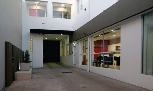 INGRESO VEHICULAR: Oficinas y locales comerciales de estilo  por D'ODORICO OFICINA DE ARQUITECTURA