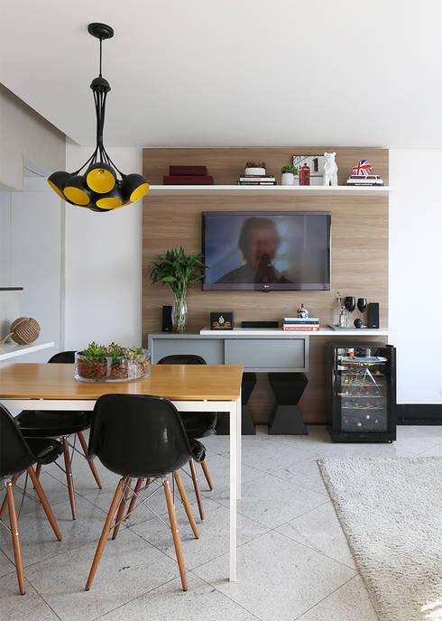 Jantar e Living integrados: Sala de estar  por Duda Senna Arquitetura e Decoração