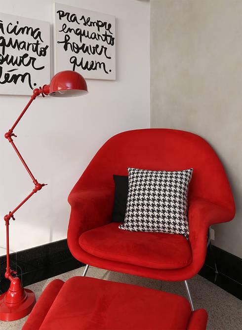 Cantinho da leitura: Sala de estar  por Duda Senna Arquitetura e Decoração
