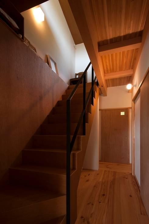 Pasillos y vestíbulos de estilo  por 宇佐美建築設計室