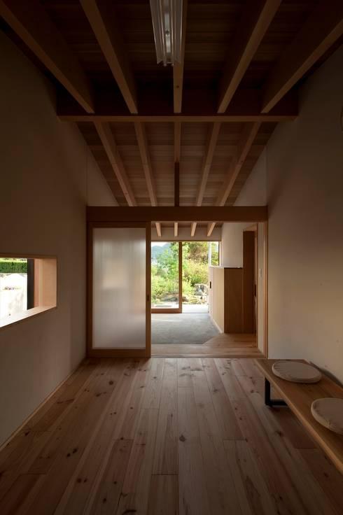 Salas multimedia de estilo  por 宇佐美建築設計室