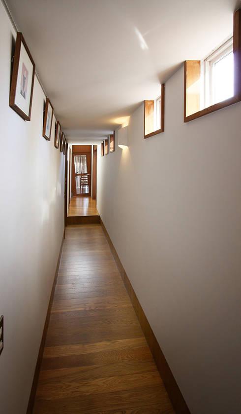 ギャラリー(廊下): 遠藤浩建築設計事務所 H,ENDOH  ARCHTECT  &  ASSOCIATESが手掛けた廊下 & 玄関です。