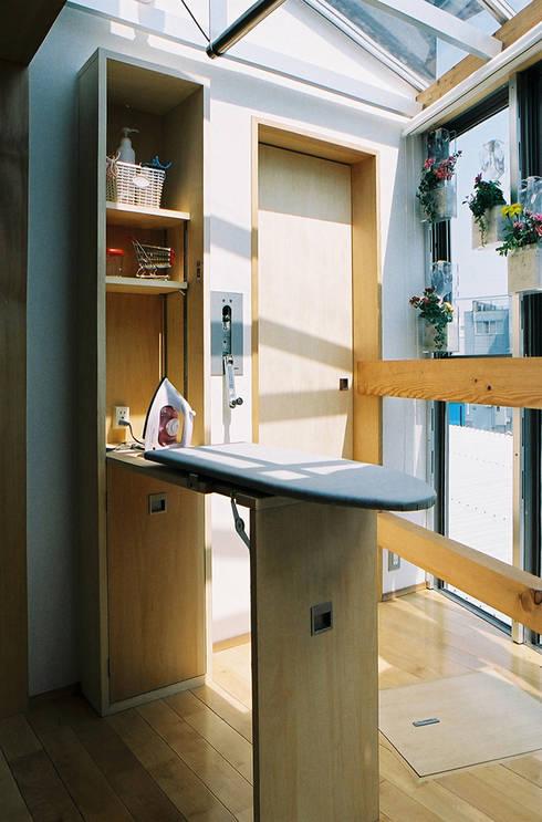アイロン台と可動式物干竿: 遠藤浩建築設計事務所 H,ENDOH  ARCHTECT  &  ASSOCIATESが手掛けたベランダです。