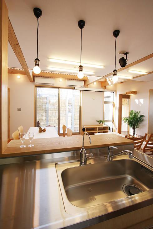 厨房より食堂を見る: 遠藤浩建築設計事務所 H,ENDOH  ARCHTECT  &  ASSOCIATESが手掛けたキッチンです。