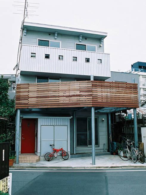 南側外観: 遠藤浩建築設計事務所 H,ENDOH  ARCHTECT  &  ASSOCIATESが手掛けた家です。