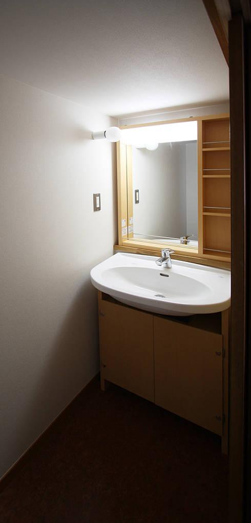 2階洗面所は、押入改造: 遠藤浩建築設計事務所 H,ENDOH  ARCHTECT  &  ASSOCIATESが手掛けた浴室です。
