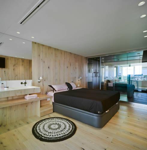 Casa Weston: Dormitorios de estilo mediterráneo de WOHA arquitectura