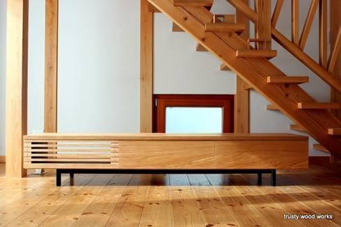 TV boad: trusty wood worksが手掛けたリビングルームです。